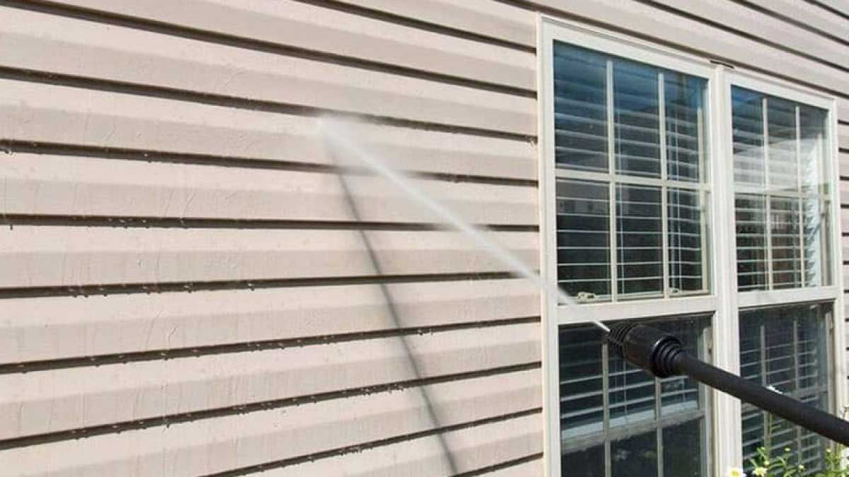 cleaning vinyl siding with a pressure washer